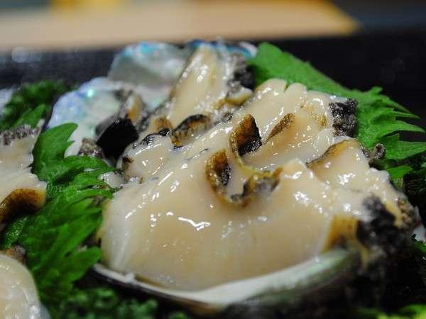【特別料理(予約制:前日)】佐渡産天然アワビのお造りは、グループにもオススメ。