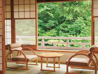 本館のお部屋からの景色(夏)窓の外には清流・宝川が流れる。