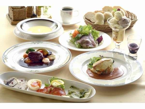 ディナーは地元食材をふんだんに使った洋食コース料理【一例】