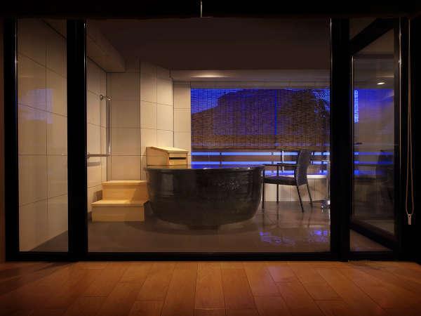■露天つきプレミアムスイート■<リニューアル>室内と温泉に間を作らない湯浴みを身近にさせるデザイン