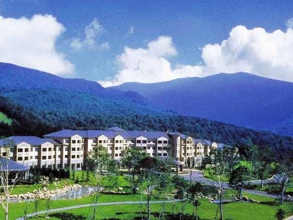 【外観】裏磐梯の大自然に抱かれるホテル
