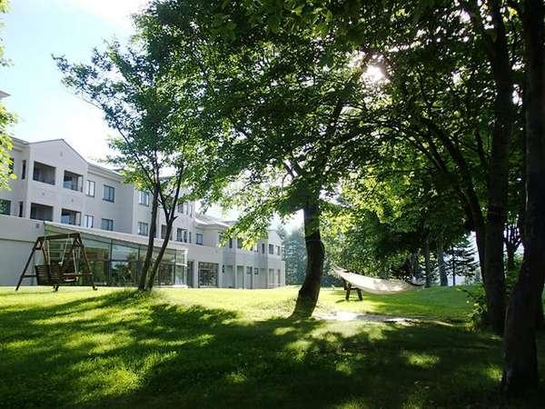 【外観】緑の庭のハンモックやブランコ、ベンチでゆったり高原リゾート満喫♪