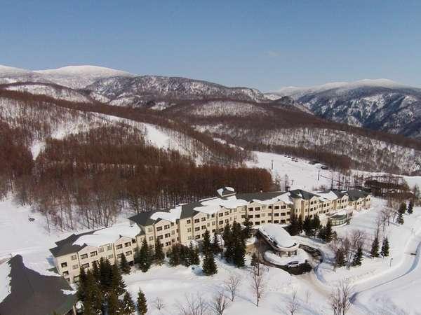 真っ白な世界に包まれたホテル。グランデコスノーリゾートオフィシャルホテルです。