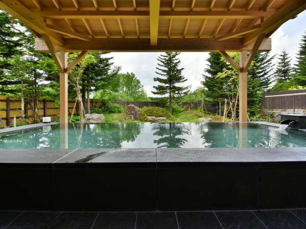 """【男性露天風呂】露天は屋根付きで全天候OK。""""大自然×温泉""""は最高の癒し。"""