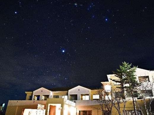 灯りの少ない国立公園内に佇むグランデコ。星を眺めると時間もゆったり流れます。