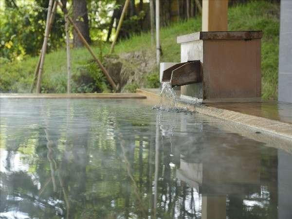 【女性露天風呂】ヒノキの香りと大自然で癒し効果はバツグン。