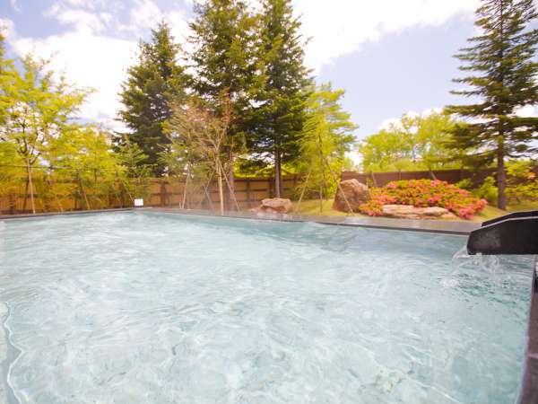 【男性露天風呂】開放的な露天風呂で、日中は緑の庭園を、夜は満点の星空をお楽しみください。