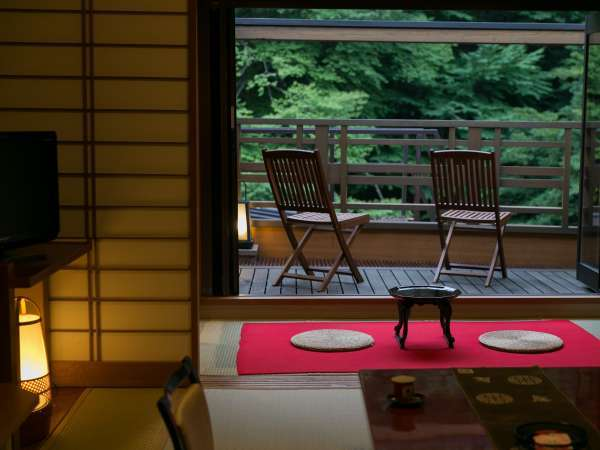 テラス付きのお部屋からは、間近に四万川を望むことができます。