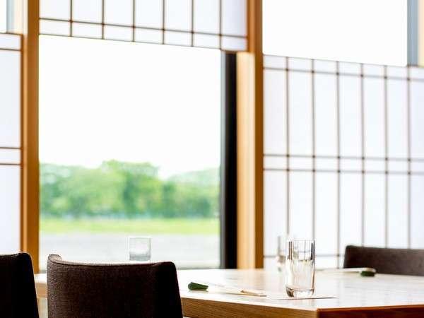 お食事処。瀬田川の景色を眺めながらお食事をお楽しみください。バリアフリーで車いすのままの食事も可