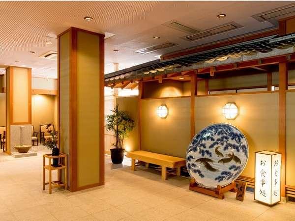 落ち着いた雰囲気の館内には鯉の絵が描かれた大皿がございます