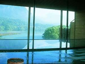 『大浴場』大きな窓からは景色が存分に楽しめます