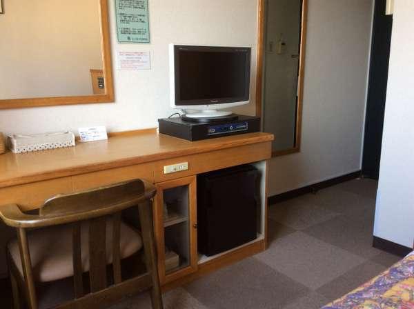 机ございます。全室有線LAN設定しております。電気スタンド貸し出しございます。