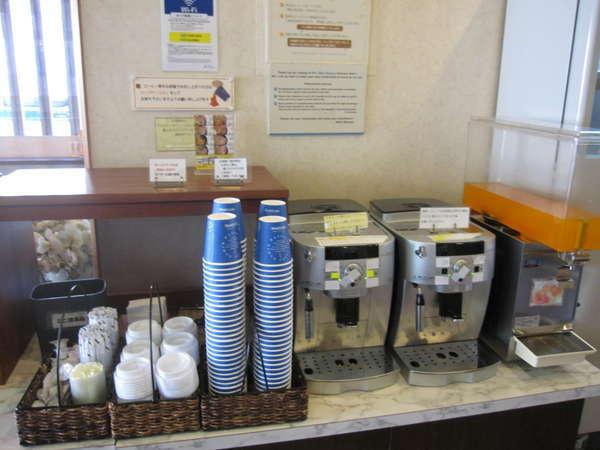 朝6時から8時30分まで 無料にて 朝軽食3種類のパンとコーヒーを1階ロービーでご用意しております。