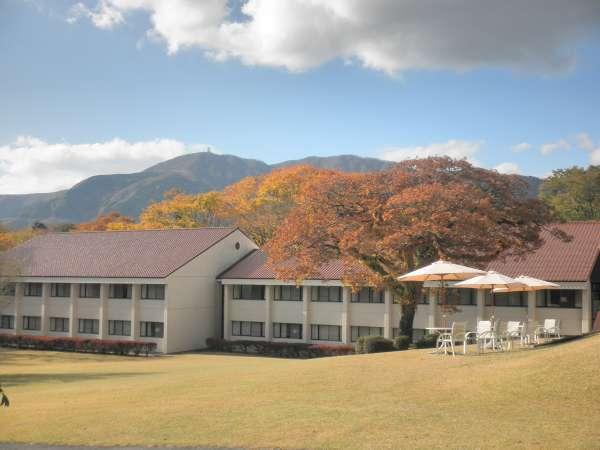 爽やかな青空と秋色のハイランドホテル