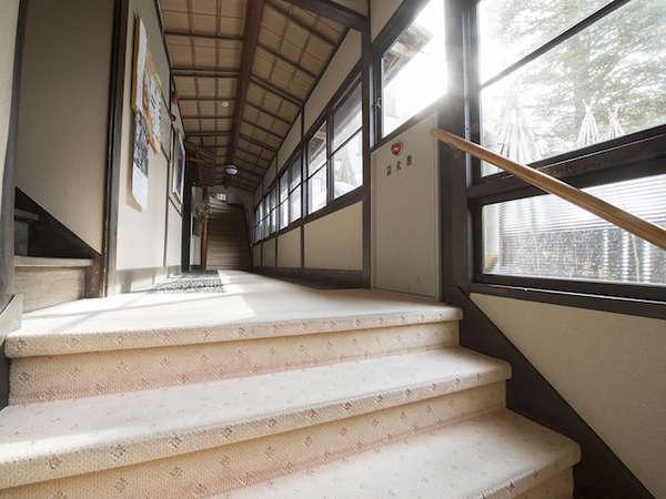 玄関から本館まで、2階分ほどの階段がございます