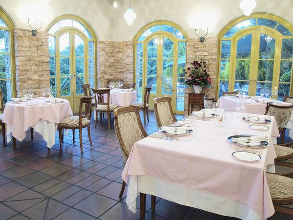 レストランには三つのダイニング。特にテラスが見渡せるお席はお客様から好評をいただいております