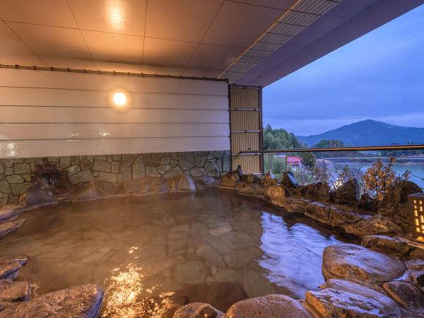 【4F‐森の湯】「露天風呂」で、暮れゆく空と広がる湖を眺める心地の良い時間を