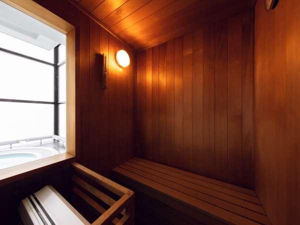 客室のプライベートサウナは滞在中はいつでも利用可能。隣にはシャワーブースと展望ジェットバスも。