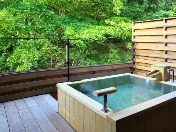 ■源泉掛け流し半露天風呂付き客室■眺めのいい最上階のお部屋。気兼ねなく温泉を楽しんでいただけます。