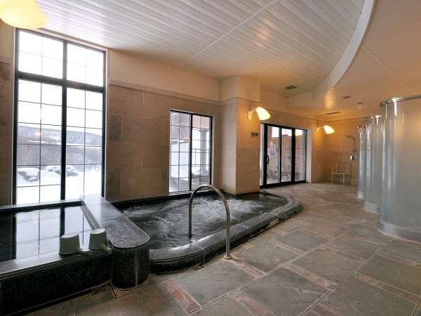 【女湯(大浴場)】大窓に広がる自然を望む解放感溢れる浴場で、癒しのひとときを。