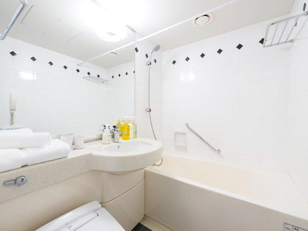 【バスルーム】白を基調とした清潔感のある浴室。