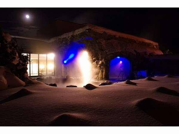 寒くて雪の結晶が輝く月夜の露天風呂