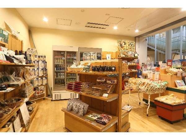 売店(地元の銘菓や様々な種類のお土産をご用意しております。