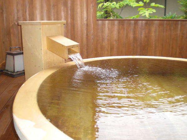 <露天風呂・花かげ>お洒落な円形の檜風呂で自然の空気に触れながら、ごゆるりとお寛ぎくださいませ。※