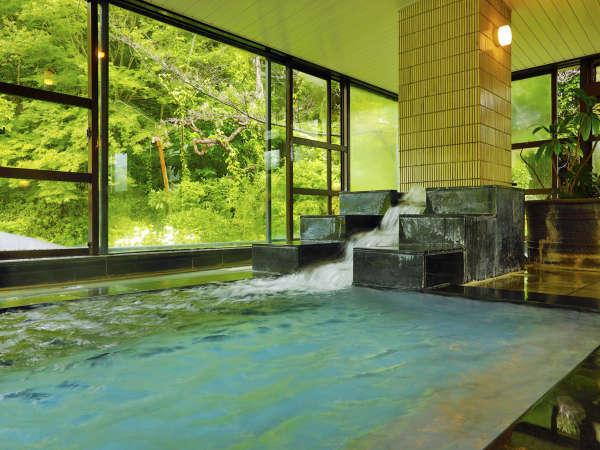 <展望大浴場・天望>マイナスイオンの発生神明石の湯口から勢いよく温泉が流れ出ます。