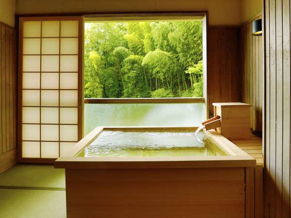 お部屋の展望檜風呂で、お好きな時間に何度でも湯あみをお楽しみいただけます。
