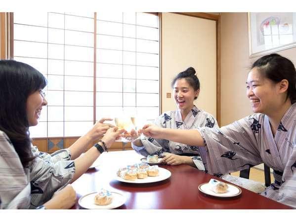 お部屋への食べ物・飲み物の持ち込み大歓迎。ホテル周辺にはショッピングモールもデパートもコンビニも♪