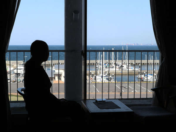 別府湾ビューのお部屋から、ヨットハーバーを眺める
