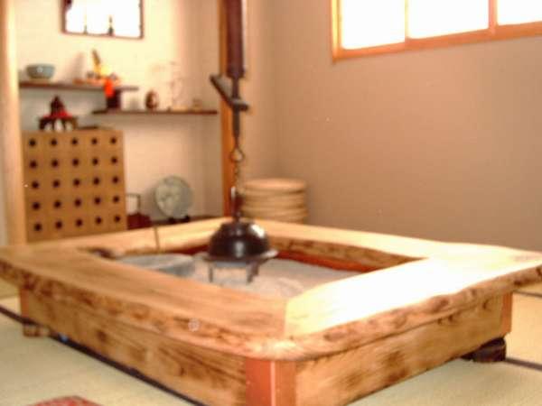 *囲炉裏がある個室のお食事処。囲炉裏を囲みながら、ゆっくりとお夕食をお楽しみください。