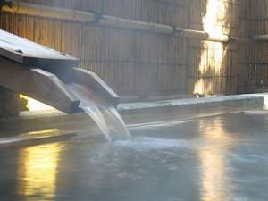 泉質は硫酸塩・塩化物泉。さらりとした感触でしっとりと潤う化粧水のような湯は、まさに「美肌の湯」。