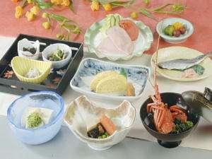 人気の焼き魚と伊勢海老のお味噌汁の付いた朝食