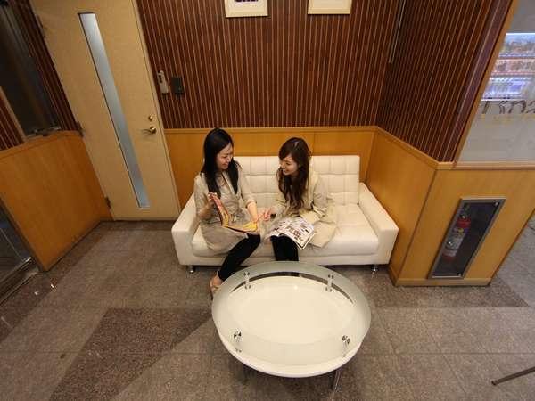 エントランス 自動販売機付 テレビ付 ソファーでくつろげます
