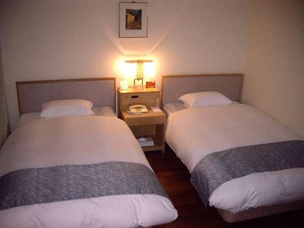 スタンダードツインルーム、デュベスタイルのベット(ベット幅1150㎜)でゆっくりお休みいただけます。