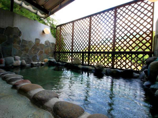 【女性露天風呂】間近に鬼怒川の流れ、せせらぎを聞きながらゆっくりお入りいただけます。