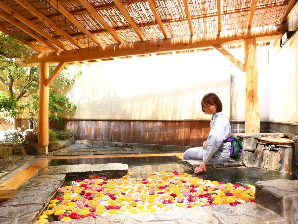■4月中旬頃から10月初旬限定バラ風呂 1階女性露天風呂