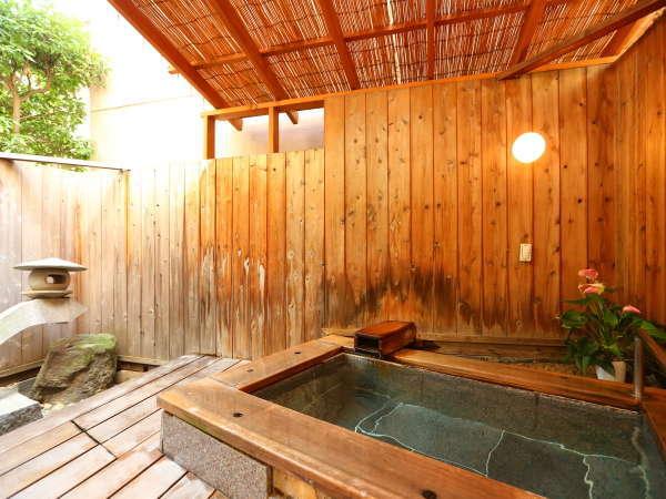 ■露天風呂付き客室 お湯に浸かってのんびりと