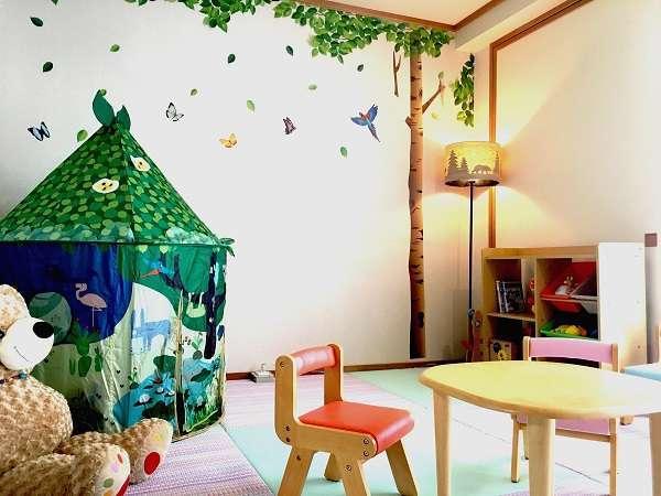 御坂館ファミリールーム:<信州の森の動物のおうち>をテーマに、お子様がのびのび遊べる空間を演出!