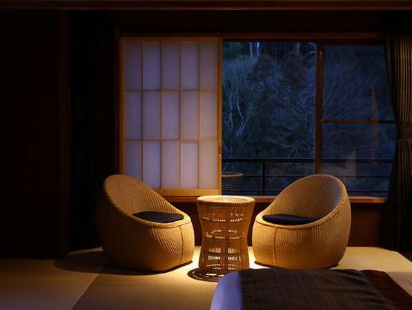 リニューアルした和モダン和洋室はティーマシンと特別なアメニティ付き。高層階から温泉街を一望できます。