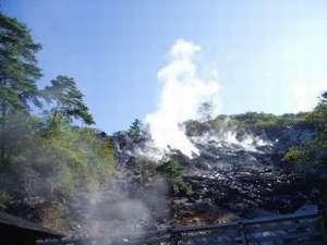 噴煙上がる硫黄山。当館の源泉はこちらから引いています。源泉の違う3つの共同浴場めぐりもたのしみ