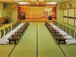 宴会場:仕切りがありますので少人数から70名までの宴会に対応できます。
