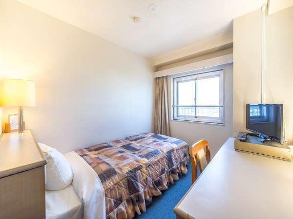 【シングルルーム】ベッドは寝心地にこだわった「大阪西川製」のスプリングベッドを採用しております。