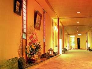 季節の花が飾られた渡り廊下