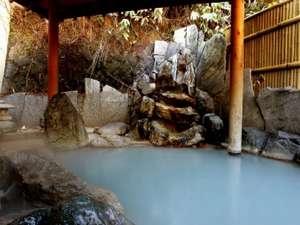名湯登別のにごり湯を野趣あふれる露天風呂で堪能。かき混ぜるとまた違った風情が。