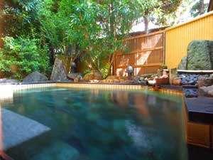 源泉かけ流しの庭園露天風呂。美肌の湯をお楽しみください。