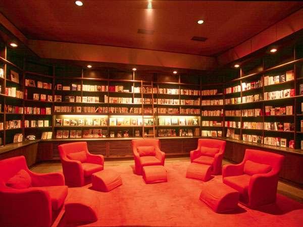 3000冊の本が揃うライブラリー