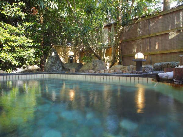庭園露天風呂 源泉かけ流しやわらかい温泉がお肌に優しく潤います。